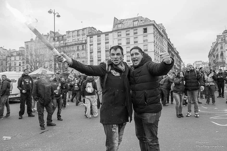deux cheminots avec un fumigène lors de la manif du 22 mars 2018 a Paris