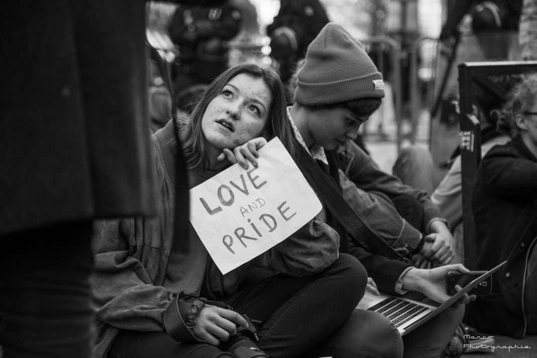 Une manifestante opposée à la mobilisation du mouvement conservateur la