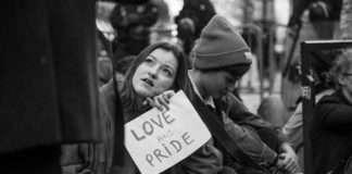 """Une manifestante opposée à la mobilisation du mouvement conservateur la """"manif pour tous"""" contre le mariage homosexuel, le 16 octobre 2017 à Paris. Photographie : Marc Estiot pour Radio Parleur"""