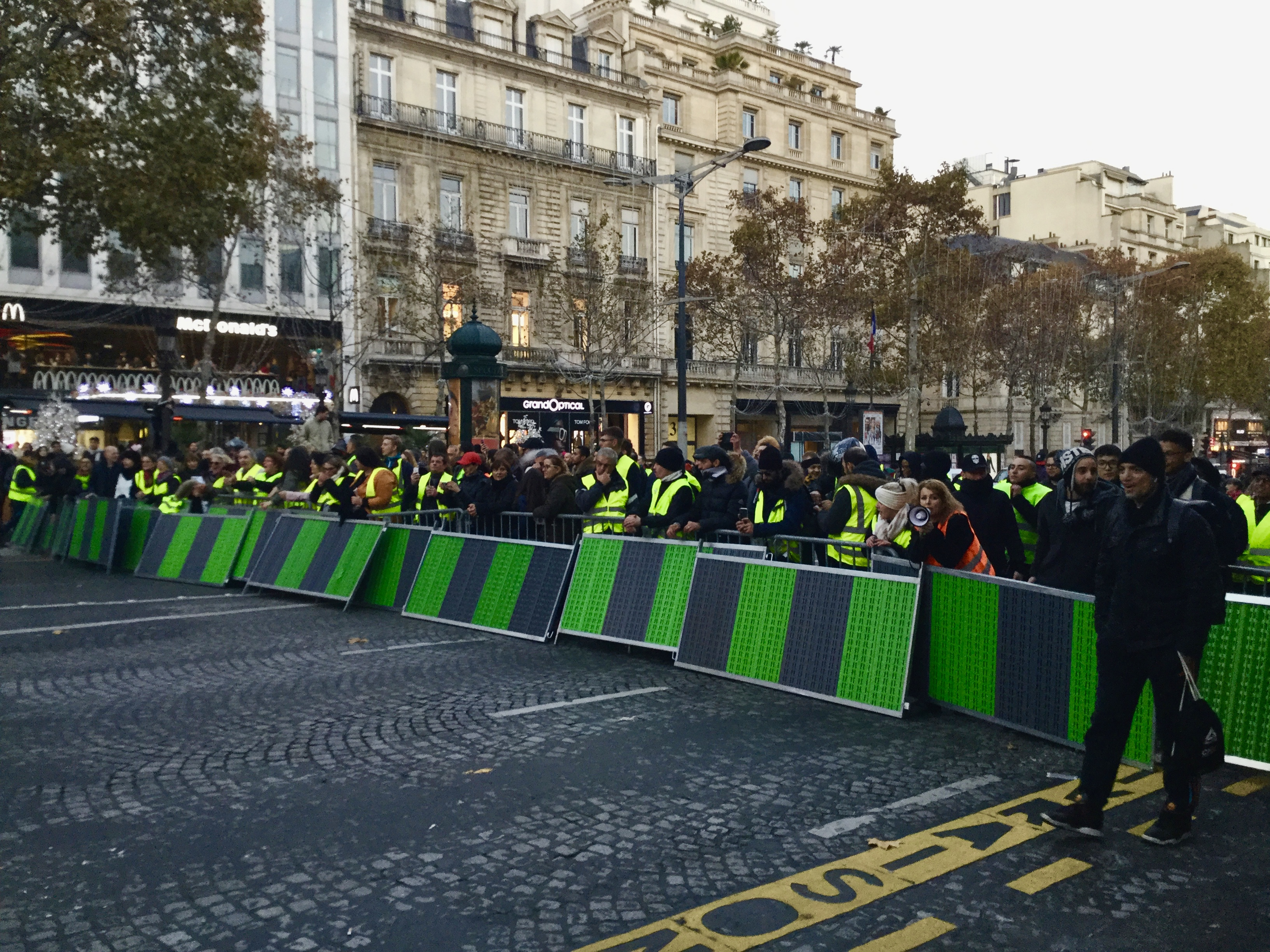 manifestation parisienne des gilets jaunes paris le 17 novembre 2018 radioparleur. Black Bedroom Furniture Sets. Home Design Ideas