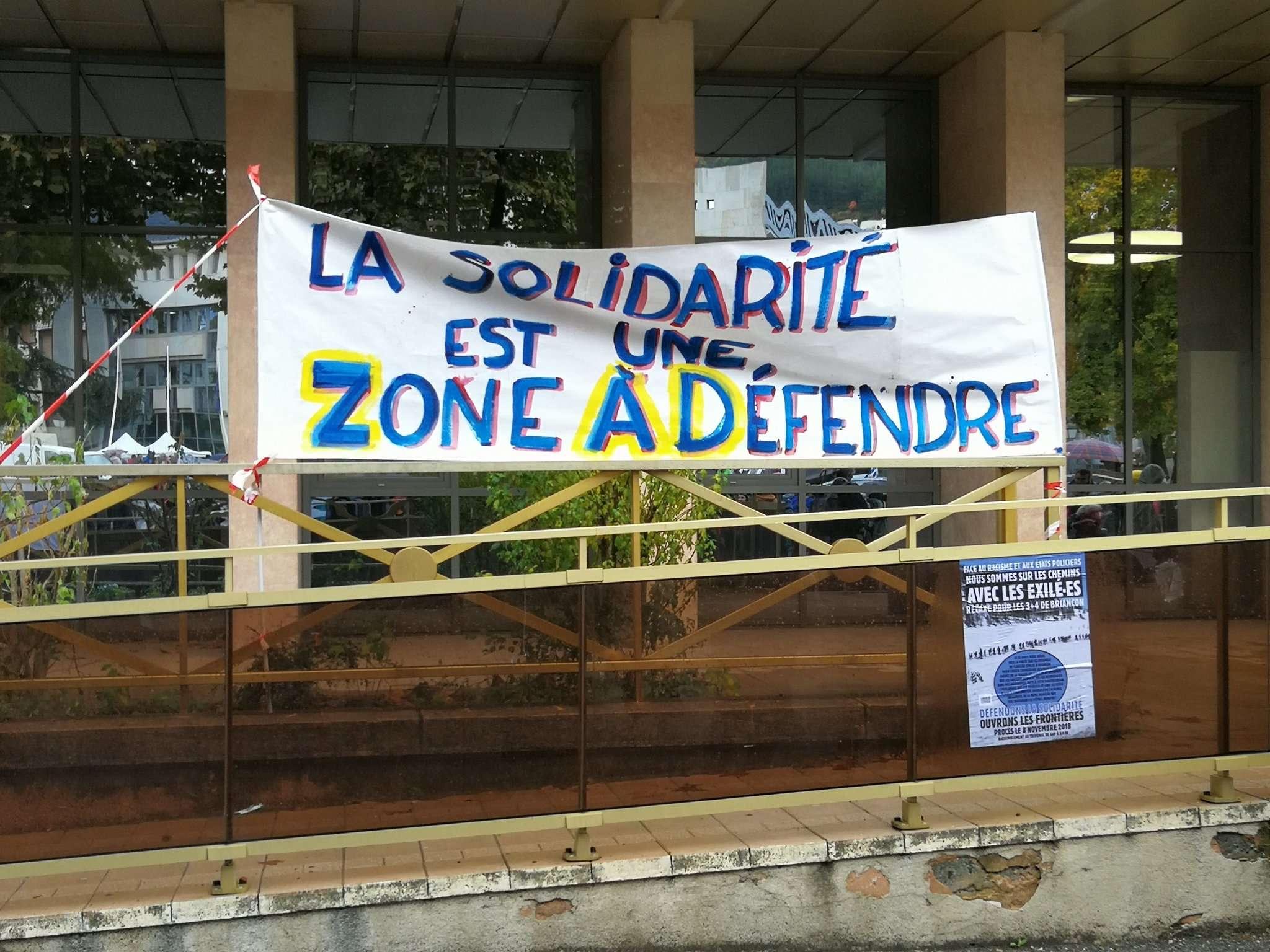 Banderole accrochée aux barrières du tribunal de Gap, le 8 novembre 2018. Photographie : compte twitter @lacimade