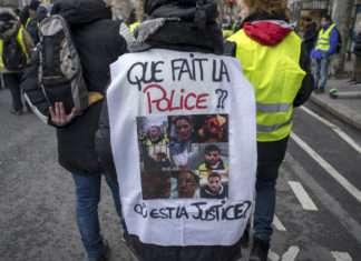 Image d'un manifestant dénonçant les violences de la police. Des violences policières qui vot être plus difficile à prouver si la PPL sécurité globale passe.