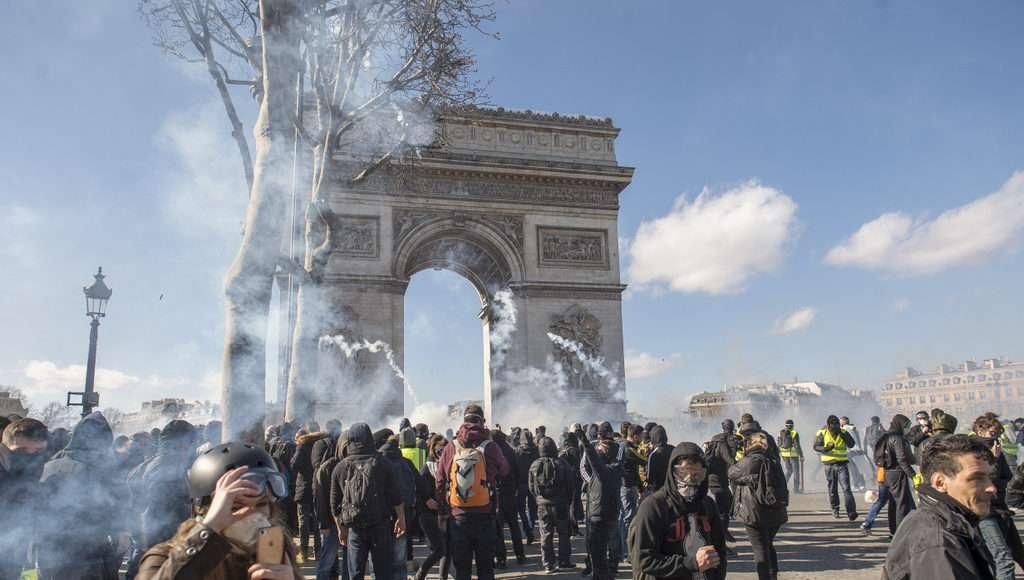 Les manifestants défilent entre l'avenue des Champs-Élysées et la place de l'Étoile, une zone cadenassée par les autorités.
