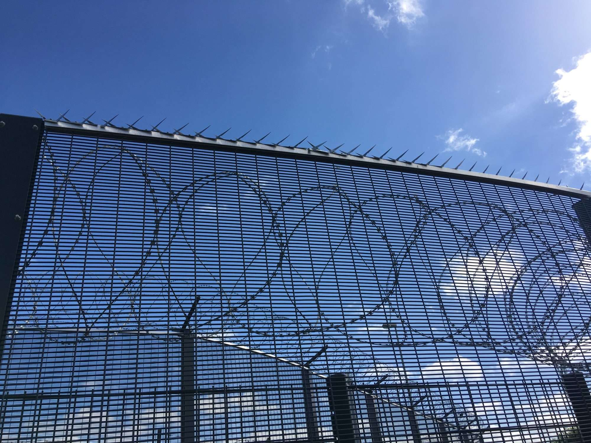 Clôtures, barbelés et pics encercle le port de Ouistreham