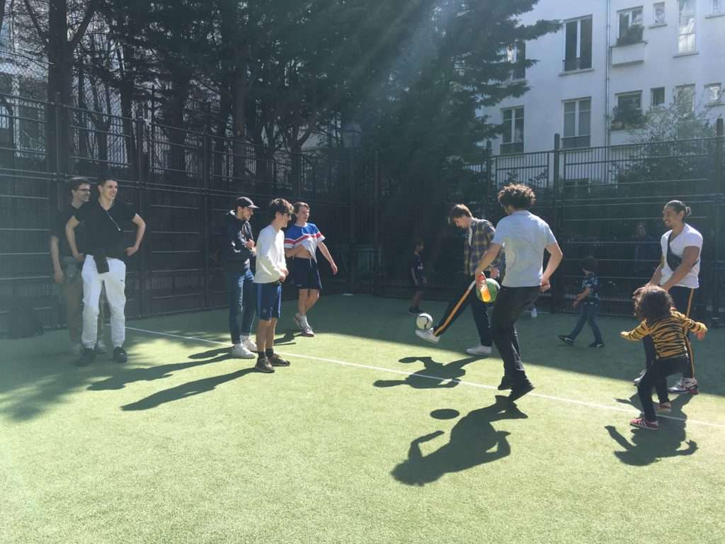 City stade de Burq, des jeunes jouant au foot. Crédit : Scarlett Bain.