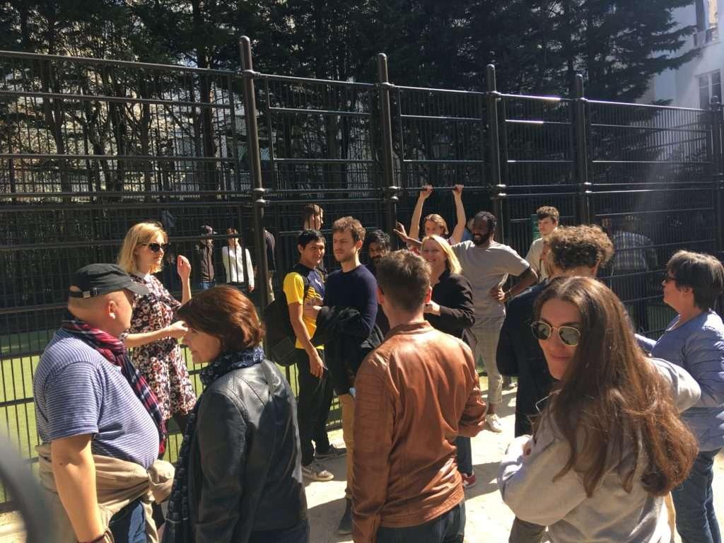 Les soutiens réunis devant le city stade. Parmi eux Danielle Simonnet et Vikash Dhorasoo (au centre). Crédit : Scarlett Bain