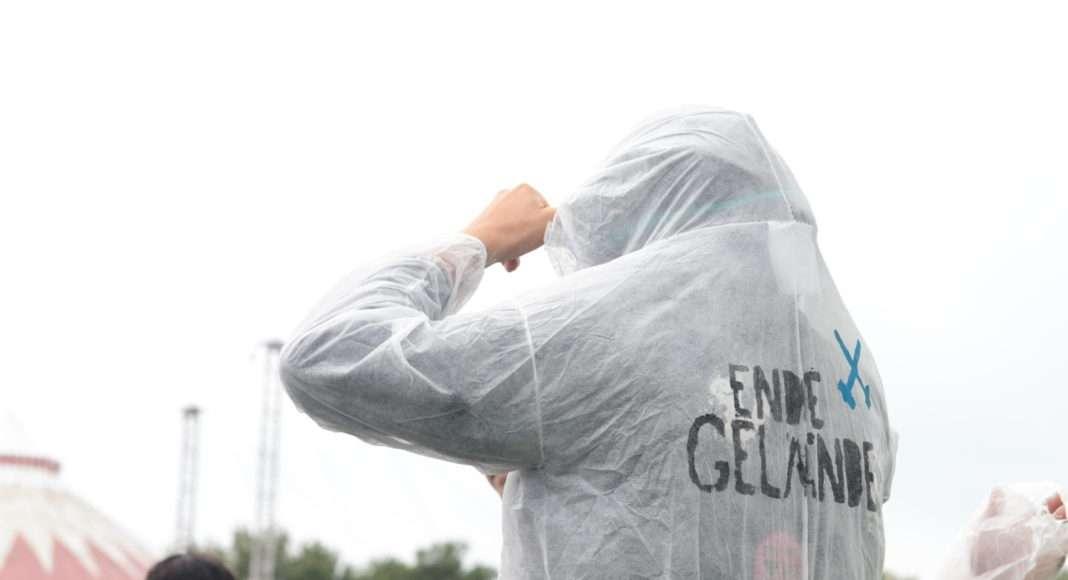 """Pour les actions, les activistes d'Ende Gelände (""""En finir avec les mines"""") revêtent ces combinaisons blanches ornees de leur blason. En plus de leur effet esthétique et masquant, elles permettent de réduire les dommages subis par les vêtements mis à rude épreuve. Photo Pierre-Olivier Chaput pour Radio Parleur"""
