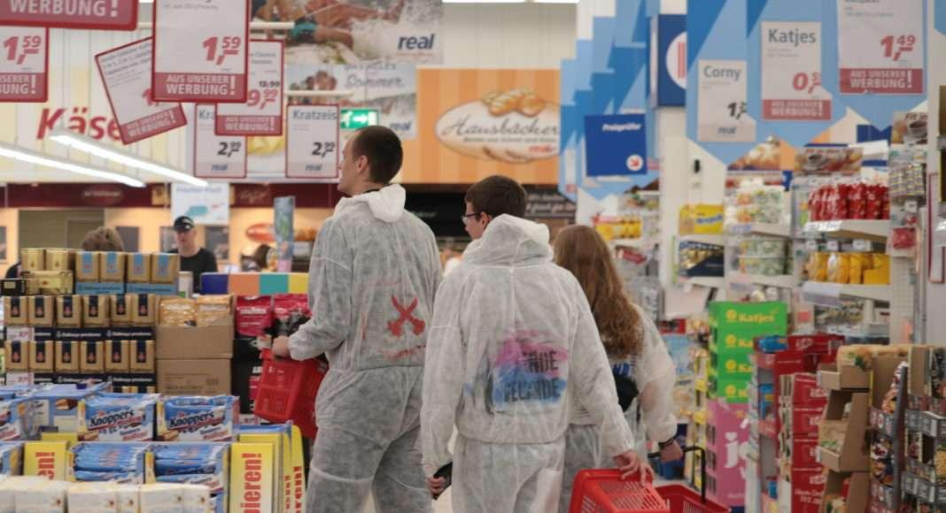 Tandis que les policiers refusent de laisser les activistes avancer, certains en profitent pour se ravitailler au supermarché, déambulant dans les allées encore vêtus de leurs combinaisons intégrales. Photo Pierre-Olivier Chaput pour Radio Parleur.
