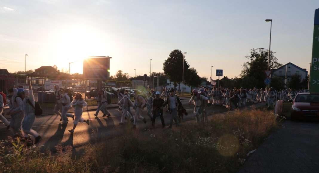 Des dizaines d'activistes sprintent à travers les lignes de policiers, prenant garde à ne pas se séparer. Au bout de plusieurs centaines de mètres, la Polizei finit tout de même par les rattraper. Photo Pierre-Olivier Chaput pour Radio Parleur.