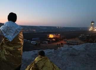 Ende Gelände : la police interrompt les interpellations vers le milieu de la nuit. Elles reprendront à l'aube, à quatre heures du matin, alors que plusieurs centaines de personnes ont passé la nuit au fond de la mine.