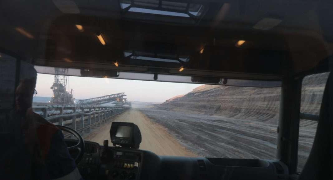 Ende Gelände. Les interpellé-es sont emmené-es à travers les chemins accidentés de la mine dans des camions-bus gigantesques conduits par des agents de la RWE. Ils et elles sont photographié-es malgré leurs peintures faciales avant d'être réexpédié-es par bus au camp de base.