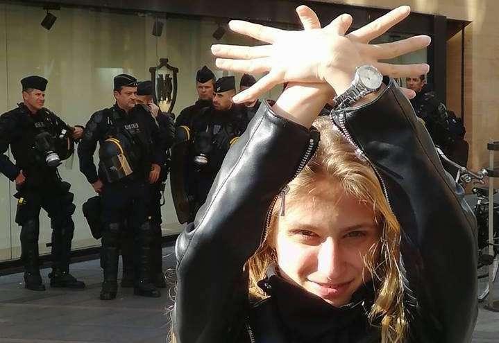 Elisabeta, jeune albanaise, devant des policiers