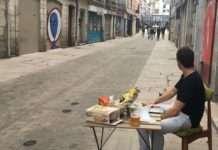 Un habitant attablé dans un rue de Bayonne bouclées par le dispositif policier