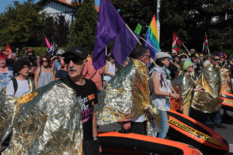 Des militant-es basques manifestaient leur soutien aux réfugiés dans le défilé officiel des organisations du contre-sommet du G7, entre Hendaye et Irun. Photographie : Pierre-Olivier Chaput pour Radio Parleur