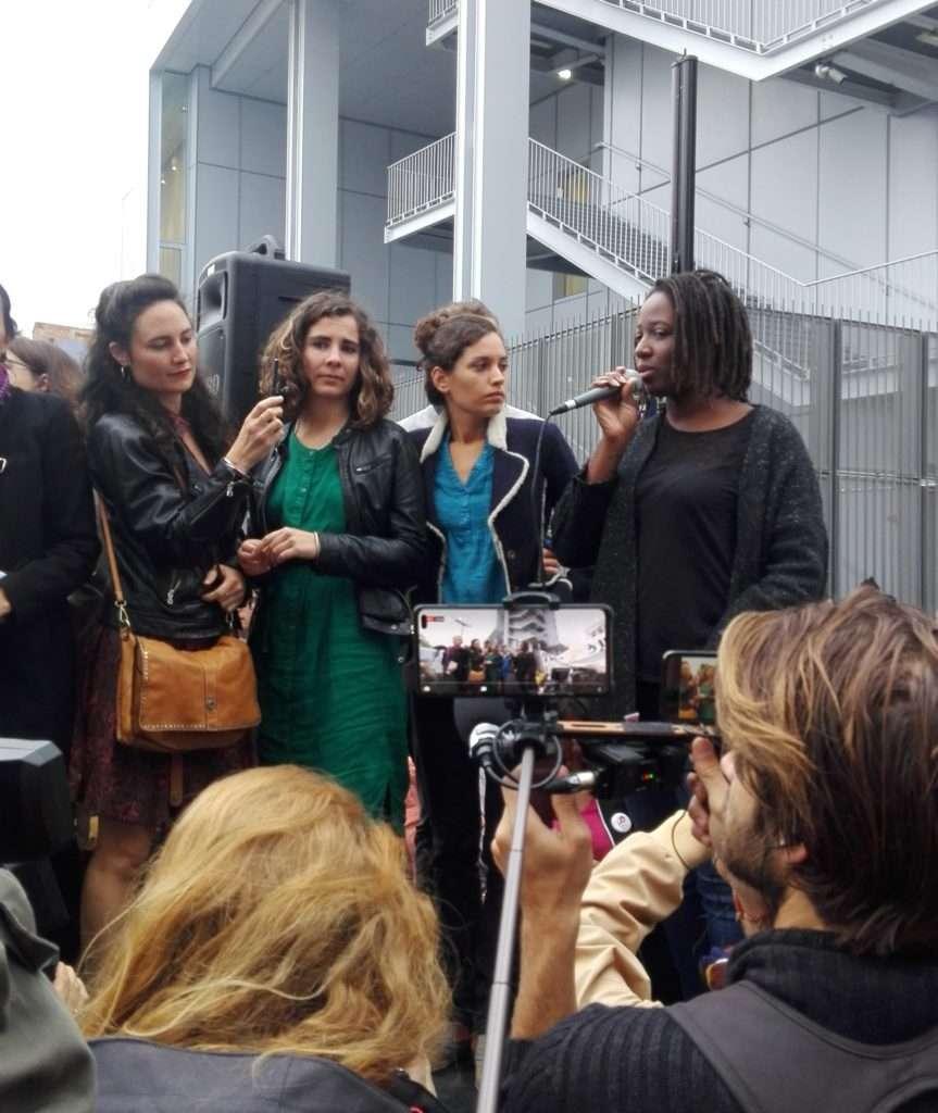 Priscilla Ludosky prend la parole à la tribune de soutien aux décrocheurs de portraits. Photographie Romane Salahun pour Radio Parleur.