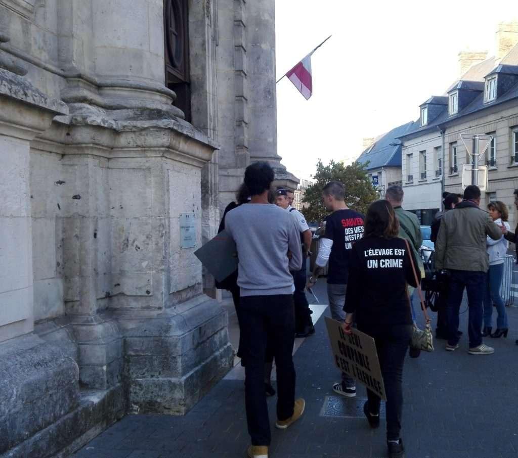 Trois des 14 prevénu.es entrent dans le Tribunal de Grande Instance d'Evreux accompagnés de leur avocate Me Voutsas ( photographie : Romane Salahun pour Radio Parleur)