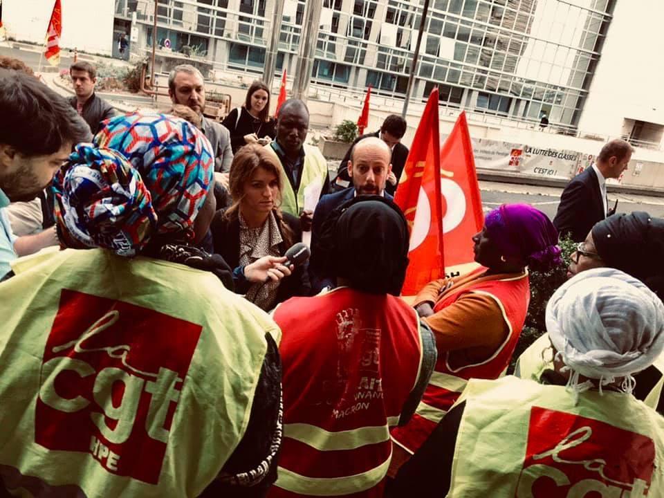 Marlène Schiappa, Secrétaire d'État à l'égalité entre les femmes et les hommes et le député LREM Stanislas Guerini sont venus rencontrer les grévistes le 12 septembre 2019. Photographie : CGT-HPE.