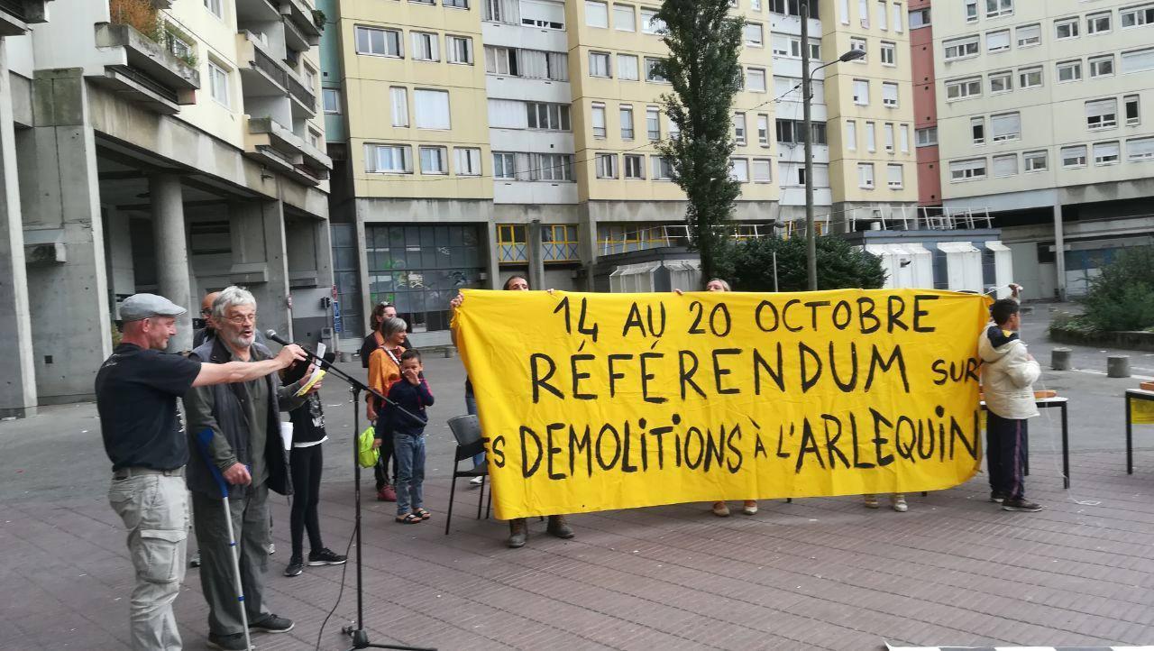 Au lancement du RIC sur les démolitions des logements sociaux du quartier de la Villeneuve à Grenoble, le samedi 12 octobre 2019. Photographie : Augustin Bordet pour Radio Parleur.