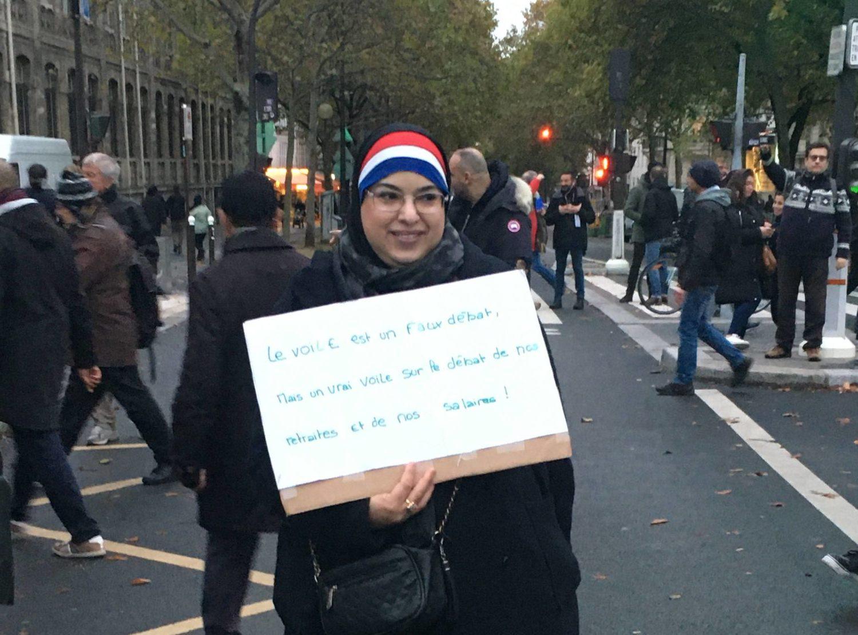 """Une manifestante à la manifestations contre les actes antimusulmans à Paris le 10 novembre 2019, """"le voile est un faux débat mais un vrai voile sur le débat de nos retraites et nos salaires"""". Photographie : Sarah Belhadi pour Radio Parleur."""