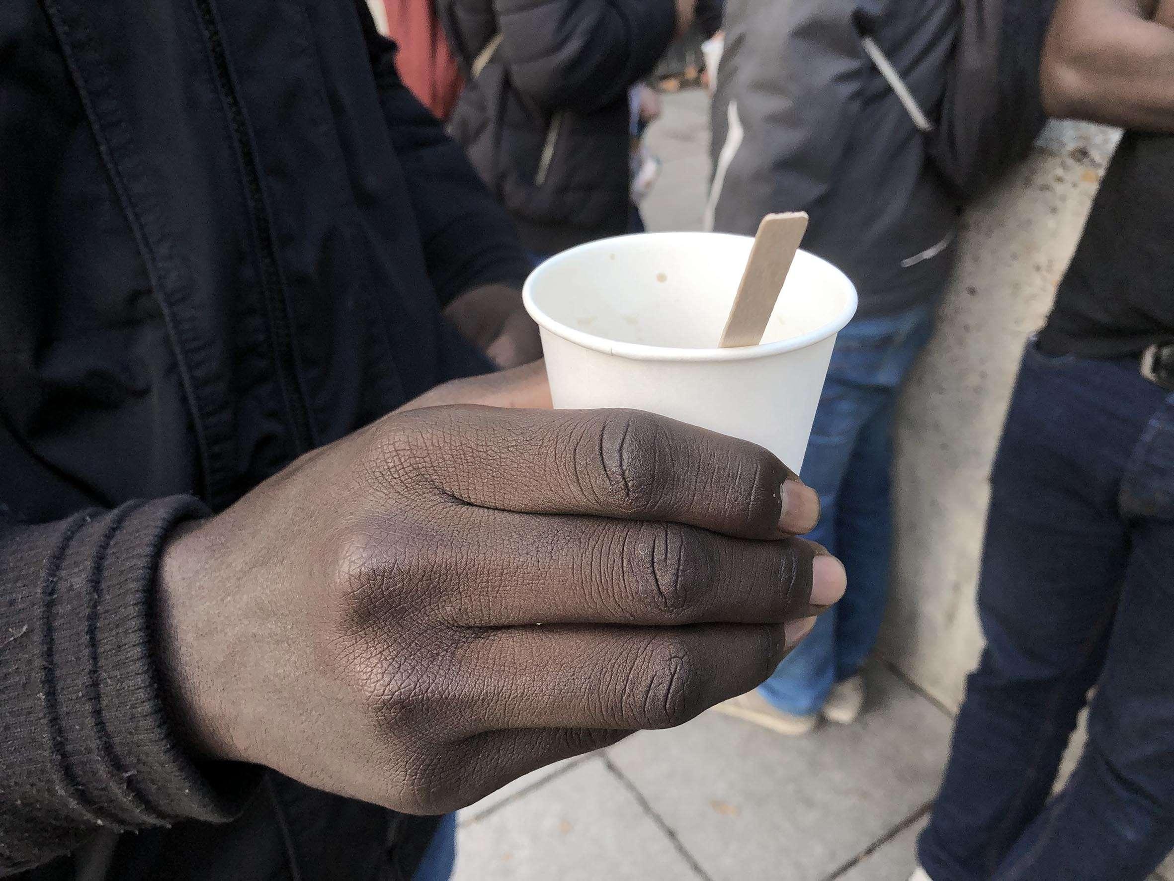 """Un café distribué par le collectif """"Thé ou café pour les réfugiés"""", place Stalingrad à Paris. Photographie : Yoanna Sallese pour Radio Parleur."""