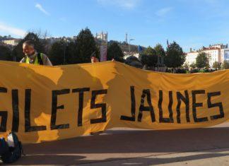 Les Gilets Jaunes rassemblés Place Bellecour à Lyon pour souffler leur première bougie avant de se diriger vers le Pont de la Guillotière le samedi 16 novembre 2019. Photo: Tim Buisson pour Radio Parleur