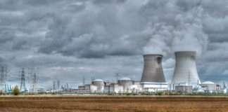 La centrale nucléaire de Doel en Belgique. Photographie : Jean Pierre Swirko sous licence créative commons