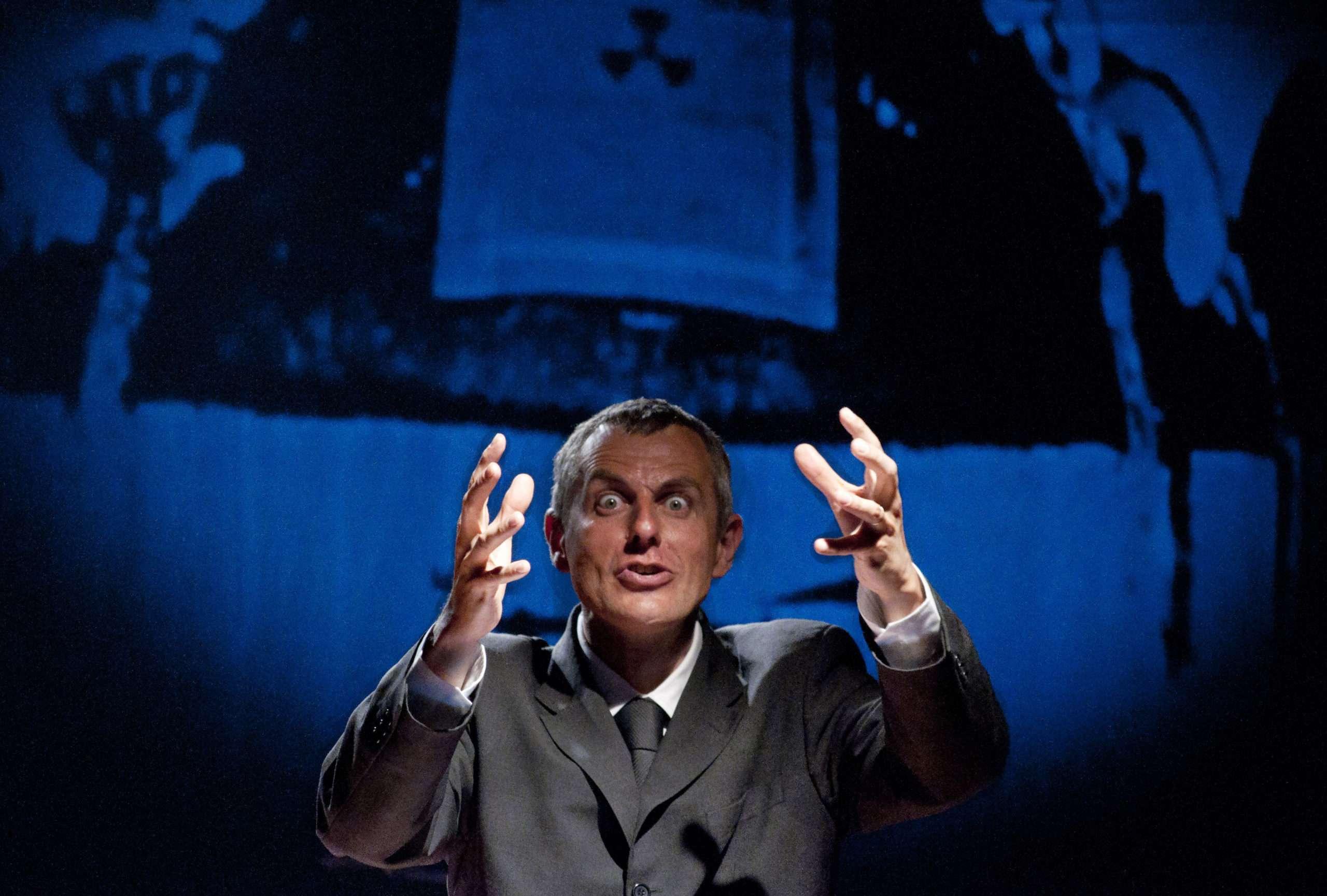 """le comédien Nicolas Lambert dans un des spectacles de sa trilogie """"A-démocratie"""" Photographie : Théâtre de Belleville."""