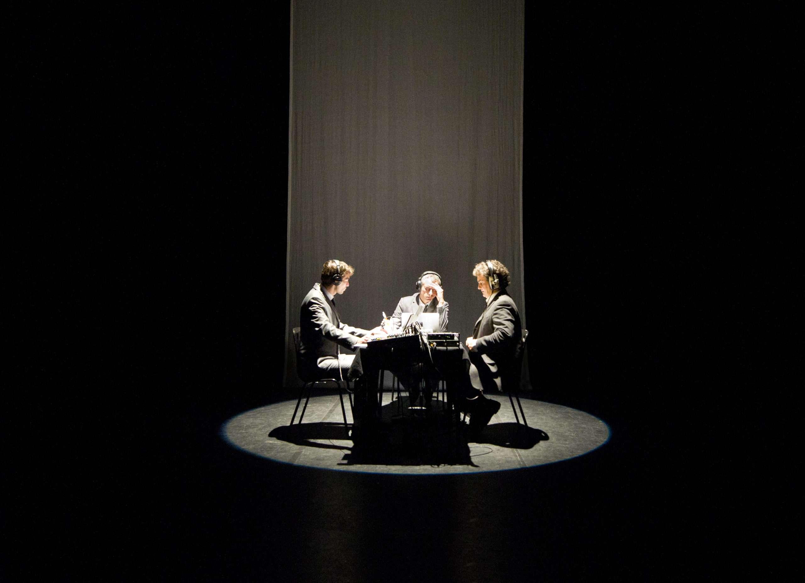 """Deux musiciens accompagnent Nicolas Lambert dans les spectacles de sa trilogie """"A-démocratie"""" Photographie : Théâtre de Belleville."""
