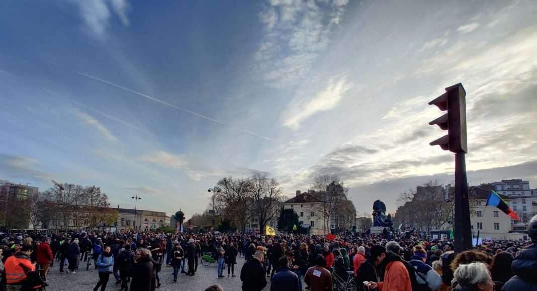 À Paris, la place Denfert-Rochereau à l'arrivée de la manifestation du 10 décembre contre le projet de réforme des retraites