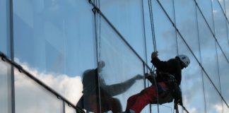 Un cordiste en train de laver les vitres d un immeuble de grand hauteur. Photographie : Wikipédia / Créative commons