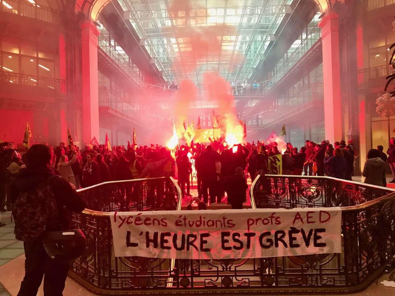 Des manifestant-es s'introduisent au siège de BlackRock France à Paris le mardi 7 janvier. Ils accusent le fond d'investissement américain d'avoir influé sur le contenu du projet de réforme des retraites du gouvernement. Photographie prise par un manifestant à Paris.