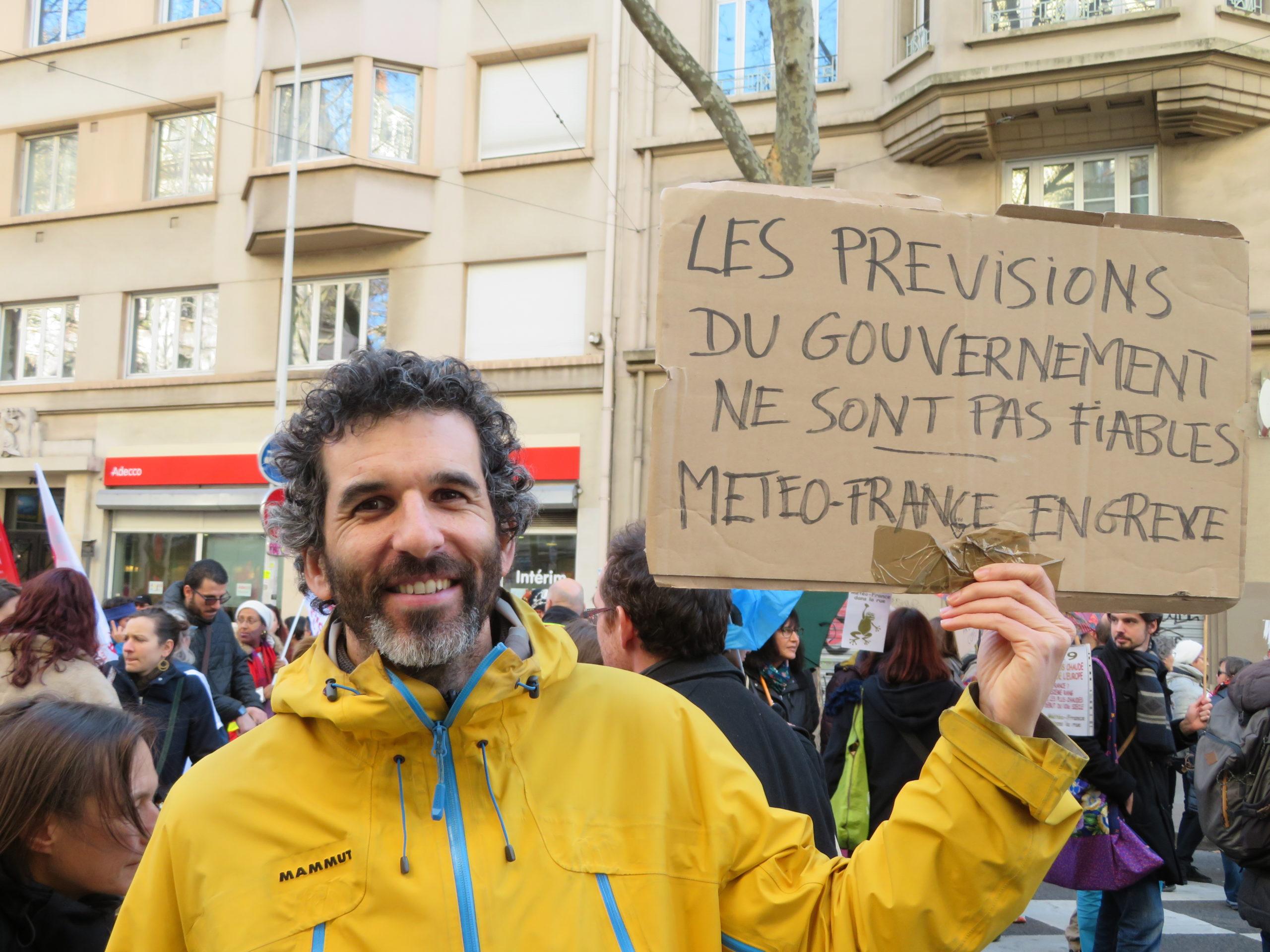 François est prévisionniste à MétéoFrance à Lyon. En tout, ils sont 160 dans la région Rhône-Alpes Auvergne à exercer ce métier. Il espère que ce mouvement permettra une véritable prise de conscience des enjeux sociaux et environnementaux. Photo : Tim Buisson.