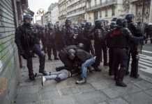 Des policiers effectuent un plaquage ventral le 9 janvier 2020 à Paris