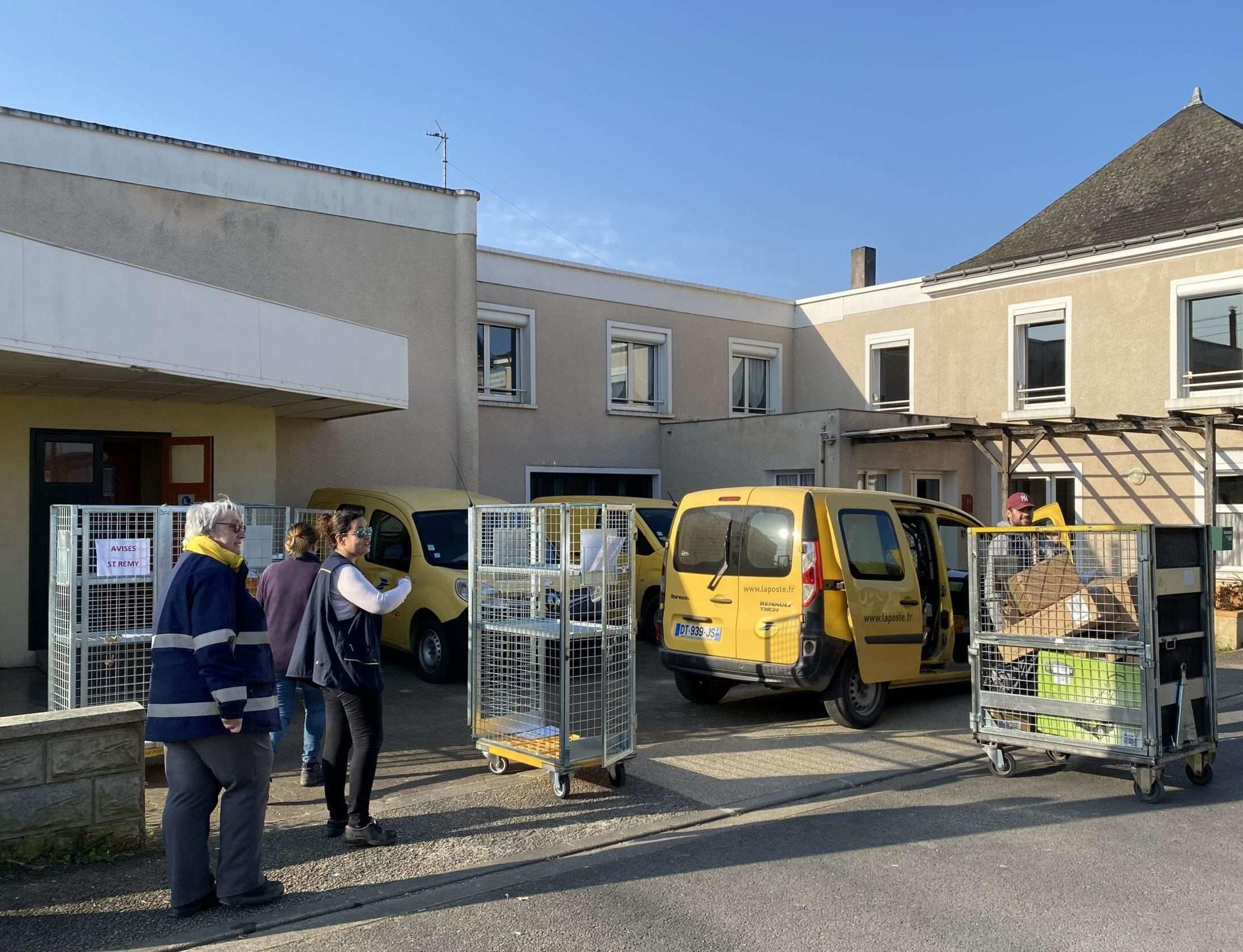 L'équipe de la poste d'un village de 3000 habitant·es en train de travailler et de préparer les colis au centre de la poste.