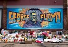 Peinture mural sur le mémorial en mémoire de George Floyd tué par la police à Minneapolis le 25 mai 2020