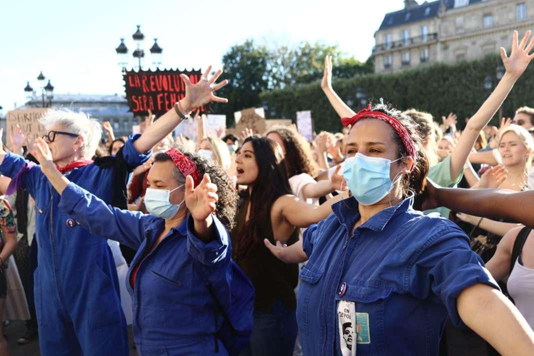 Rassemblement féministe sur le parvis de la mairie de Paris suite au remaniement ministériel, le 10 juillet 2020. Photo Pierre-Olivier Chaput pour Radio Parleur.