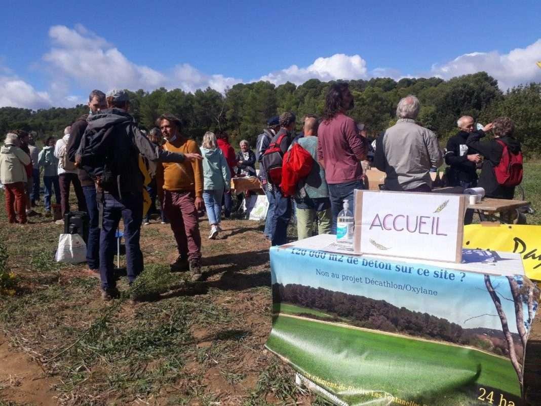 rassemblement d'occupation contre le projet de centre commercial porté par le groupe Mulliez à Saint-Clément-de-Rivière photographie : Martin Bodrero pour Radio Parleur