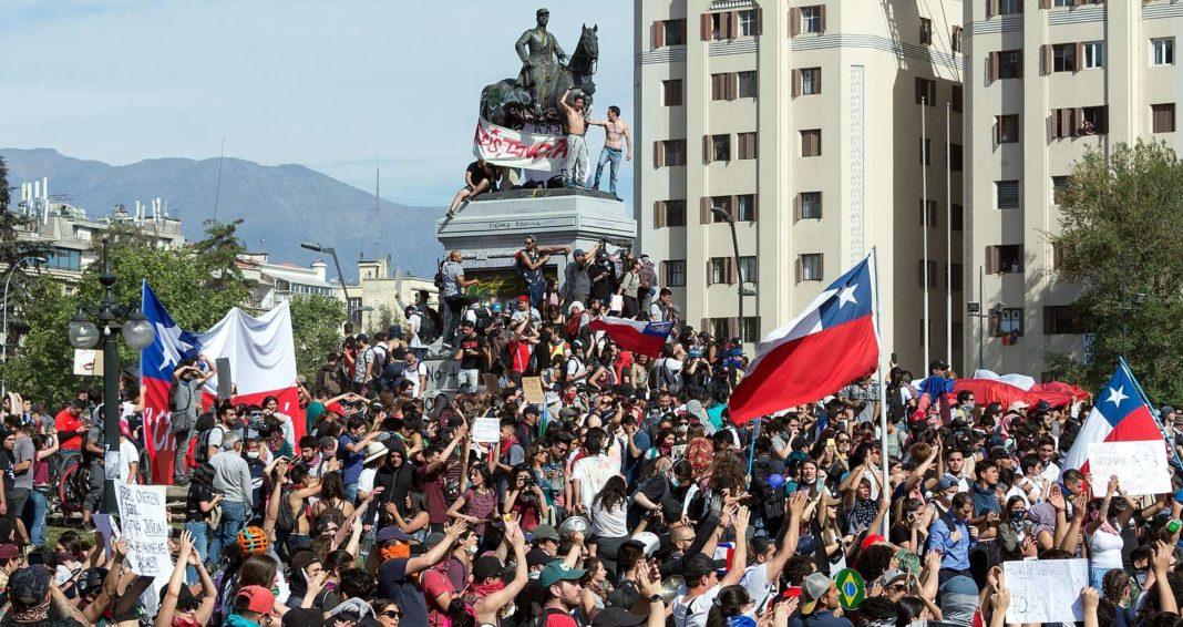 Manifestation de l Estallido social à Santiago du Chili le 22 octobre 2019. Photographie : Carlos Figueroa via wikimedia commons