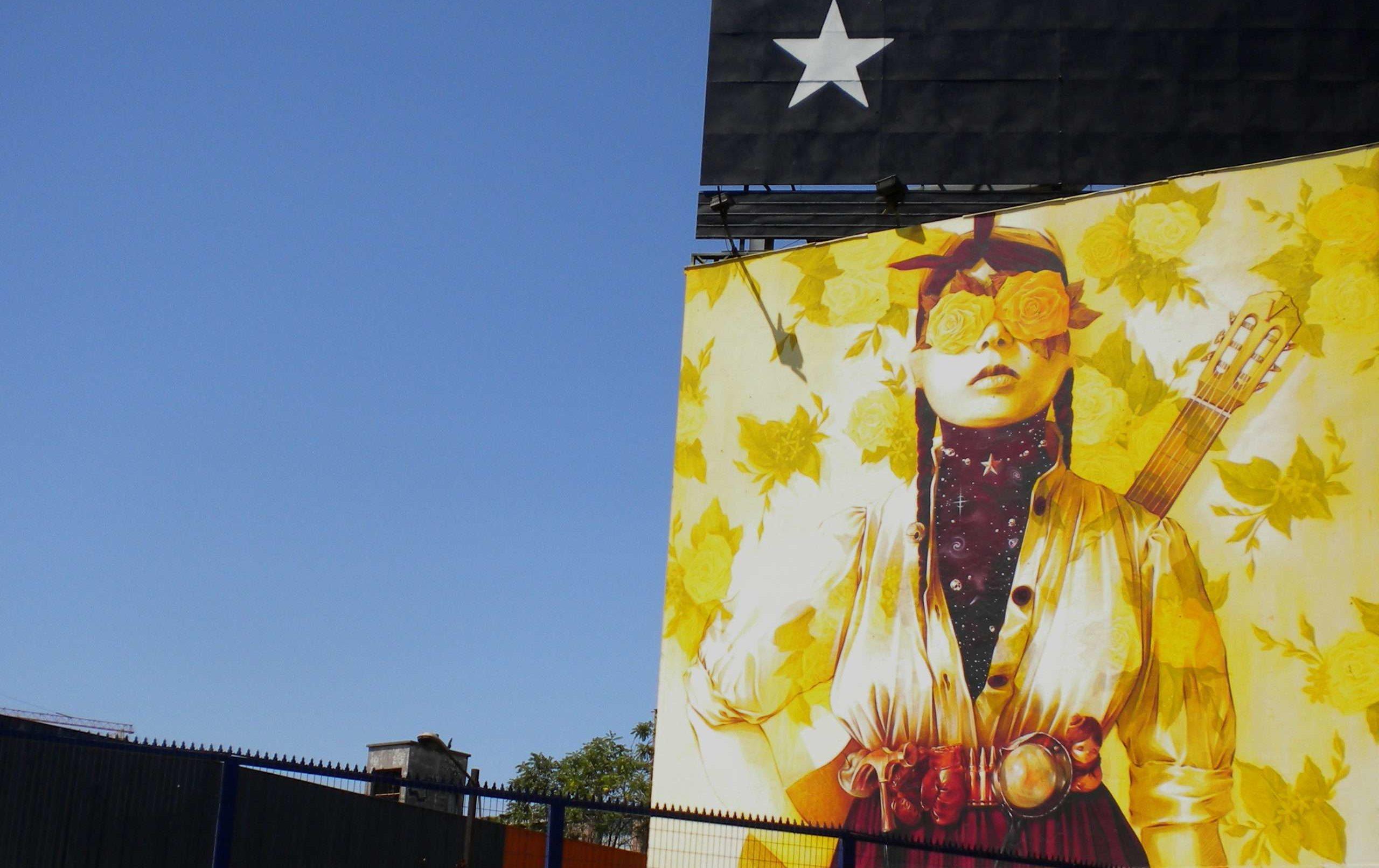Peinture murale représentant une manifestante munie d'une masque à gaz lors du mouvement Estallido à l automne 2019 photographie : Melaine Fanouillère.