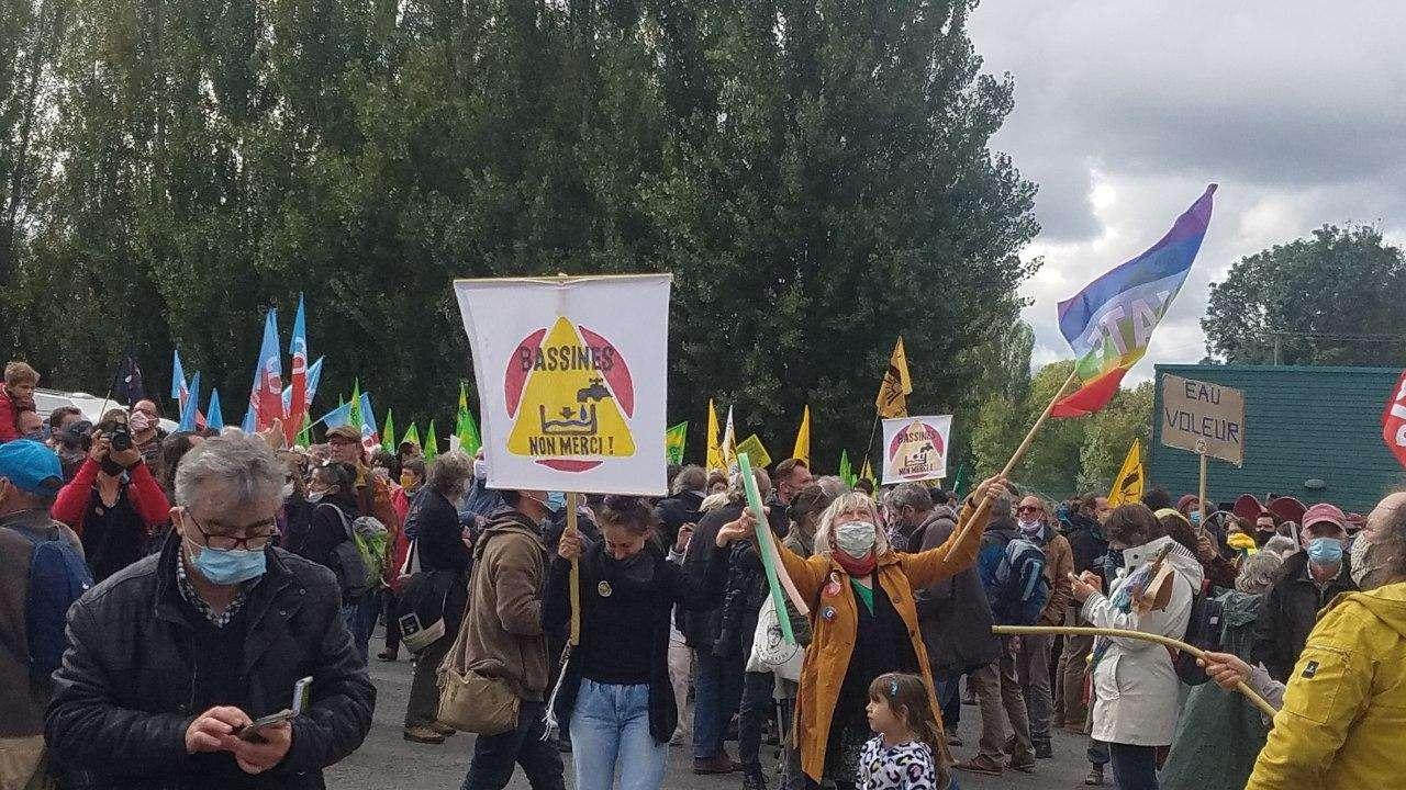 Plus de 3000 personnes ont défilé.es, ce 11 octobre 2020,  à l'appel du collectif Bassines Non Merci. Photographie : Salomé Torrent et Théo Lemoine pour Radio Parleur.