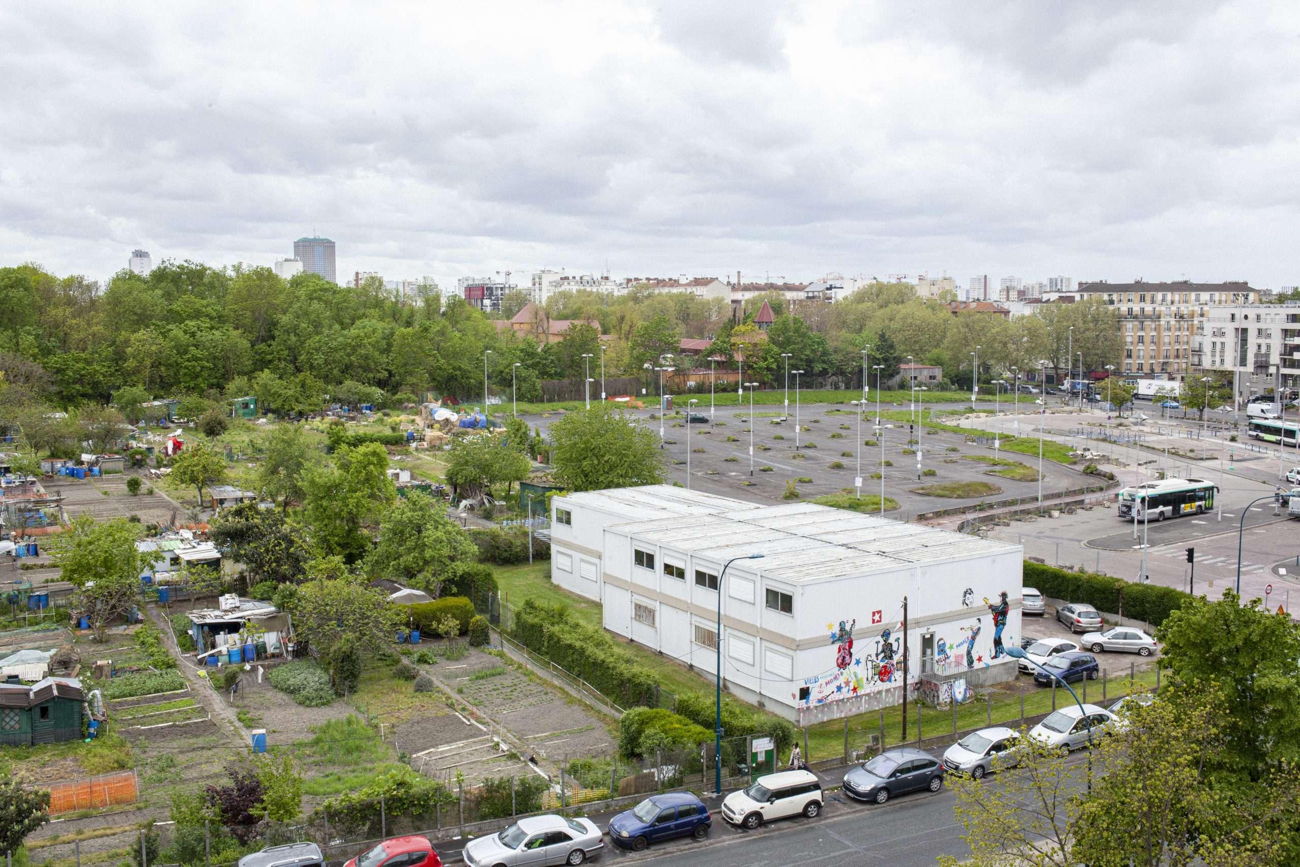 Des Courtilleres, on peut imaginer l'envergure architectural qu'aura le complexe sportif. Il viendra prendre place sur le parking tout en grignotant sur la partie haute des préfabriqués.