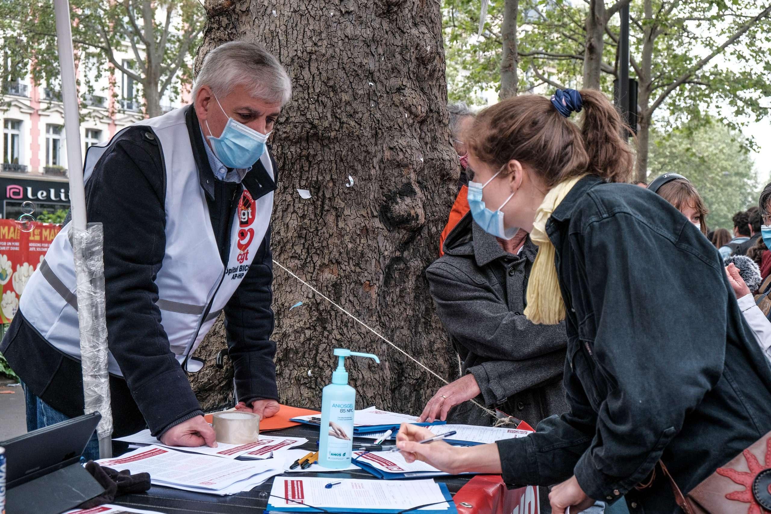 Signature d'une pétition contre l'hôpital grand Paris Nord.