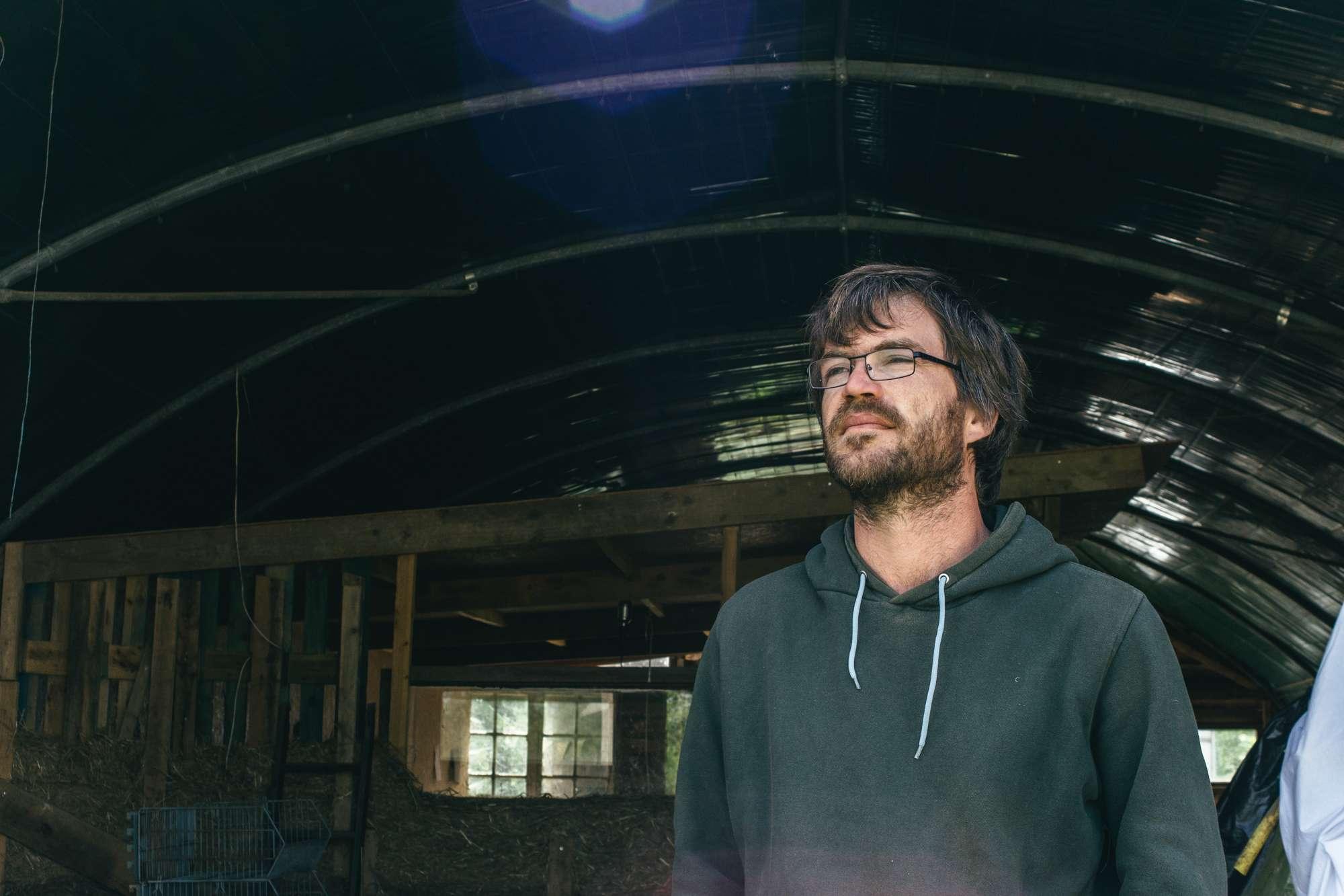 À Chauvé, le 25 mai, Yohann le fils de Hubert, également paysan du Pays de Retz, lors d'une interview sur son exploitation.
