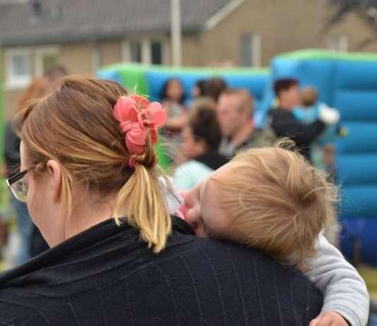 femme avec un enfant dans les bras . Photographie : CC0 Domaine public